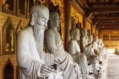 Estatuas asiáticas en un templo de oro Fotografía de archivo libre de regalías