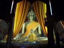 Estatuas Buda de Buda en la sumisión de la postura de Mara imágenes de archivo libres de regalías