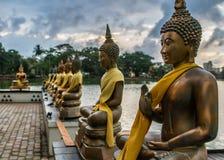 Estatuas budistas en el lago beira en Colombo imágenes de archivo libres de regalías