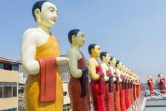 Estatuas budistas en el tejado del templo en Colombo imágenes de archivo libres de regalías