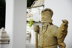 Estatuas chinas antiguas de la piedra del guerrero en el templo budista Fotos de archivo libres de regalías