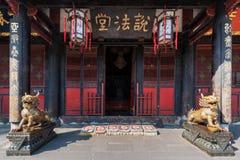 Estatuas de bronce del dragón delante de un templo budista fotografía de archivo