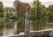 Estatuas de bronce de mujeres desnudas en una columna de piedra, río de Vlatava cerca del puente lateral de la legión de Lesser T fotos de archivo libres de regalías