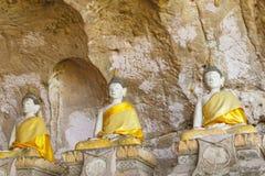 Estatuas de Buda antiguas en cueva foto de archivo libre de regalías