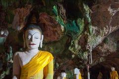 Estatuas de Buda antiguas en cueva fotografía de archivo libre de regalías