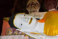Estatuas de Buda antiguas en cueva imagen de archivo libre de regalías