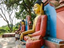 Estatuas de Buda en el pie de la colina de Swayambu, Swayambhunath, Katmandu, Nepal fotos de archivo