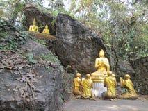 Estatuas de Buda en el templo de la colina de Phu Si en Luang Prabang fotos de archivo libres de regalías