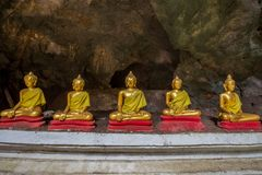Estatuas de Buda en la cueva de Khao Luang - Phetchaburi, Tailandia imagenes de archivo