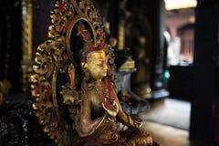 Estatuas de Buda en templos nepaleses fotos de archivo
