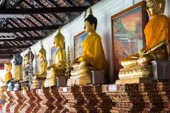 Estatuas de Buda en un rollo imagenes de archivo