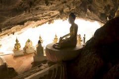 Estatuas de Buda en un templo de la cueva Foto de archivo