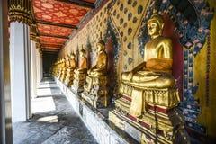 Estatuas de Buda en un templo en Tailandia fotografía de archivo