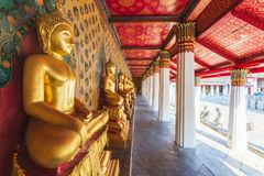 Estatuas de Buda en Wat Arun Temple del amanecer Bangkok, Tailandia imagenes de archivo