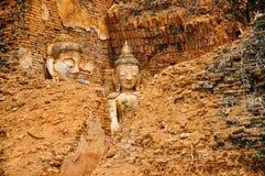 Estatuas de Buda enterradas en las ruinas imagen de archivo