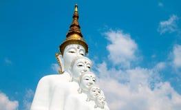 Estatuas de Buda y vidrio colorido coloreado de la trayectoria del pie apilados en Wat Pha Kaew, Khao Kho, Phetchabun Fotografía de archivo