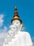 Estatuas de Buda y vidrio colorido coloreado de la trayectoria del pie apilados en Wat Pha Kaew, Khao Kho, Phetchabun Imagen de archivo