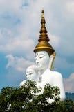 Estatuas de Buda y vidrio colorido coloreado de la trayectoria del pie apilados en Wat Pha Kaew, Khao Kho, Phetchabun Foto de archivo libre de regalías