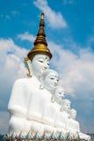 Estatuas de Buda y vidrio colorido coloreado de la trayectoria del pie apilados en Wat Pha Kaew, Khao Kho, Phetchabun Imagen de archivo libre de regalías