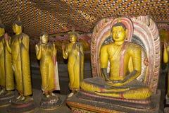 Estatuas de Buddha en el templo de la roca de Dambulla fotos de archivo