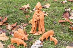 Estatuas de cerámica miniatura de diversa gente y de tradiciones Imagenes de archivo