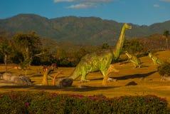 Estatuas de dinosaurios en el claro Modelos animales prehistóricos, esculturas en el valle del parque nacional en Baconao, Cuba Imagenes de archivo