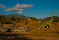 Estatuas de dinosaurios en el claro Modelos animales prehistóricos, esculturas en el valle del parque nacional en Baconao, Cuba Fotografía de archivo libre de regalías