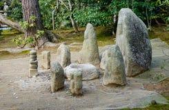 Estatuas de dios en el templo de Kinkaku en Kyoto, Japón imagen de archivo