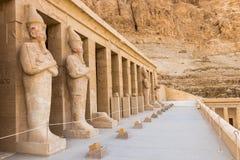 Estatuas de Hatshepsut por las columnas en la terraza m?s alta del templo mortuorio de Hatshepsut, Luxor foto de archivo libre de regalías