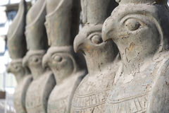 Estatuas de Horus en una calle Hurghada Egipto Imagenes de archivo
