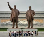 Estatuas de Kim Il Sung y de Kim Jong Il en Pyongyang, Corea septentrional fotografía de archivo