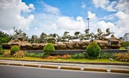 Estatuas de Krishna y de Arjuna en el monumento de Mahabharata. Jakarta, Ind Imagenes de archivo