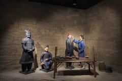 Estatuas de la arcilla en el museo de las estatuillas de la arcilla fotos de archivo