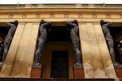 Estatuas de la Atlántida a la una de las entradas al palacio del invierno Imagenes de archivo