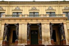 Estatuas de la Atlántida a la una de las entradas al palacio del invierno Foto de archivo libre de regalías