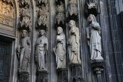 Estatuas de la catedral de Colonia imagenes de archivo