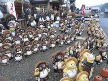 Estatuas de la cerámica del perro de mapache de Shigaraki Tanuki, Shiga, Japón fotos de archivo