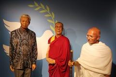 Estatuas de la cera de Nelson Mandela, de Dalai Lama y de Mahatma Gandhi fotos de archivo