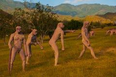 Estatuas de la gente antigua, primitiva Modelos animales prehistóricos, esculturas en el valle del parque nacional en Baconao, Cu Fotografía de archivo