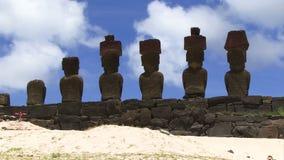 Estatuas de la isla de pascua en rocas con el cielo azul almacen de metraje de vídeo