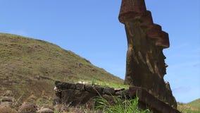 Estatuas de la isla de pascua en una línea contra el cielo azul metrajes
