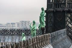 Estatuas de la ventaja alrededor del chapitel de la catedral de Notre Dame de Paris imagenes de archivo
