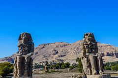 Estatuas de los colosos de Memnon del faraón Amenhotep III en Luxor, Egipto foto de archivo