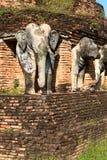 Estatuas de los elefantes en ruinas del templo budista Imágenes de archivo libres de regalías