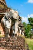 Estatuas de los elefantes en ruinas del templo budista Imagen de archivo