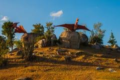 Estatuas de los pájaros antiguos del dinosaurio Modelos animales prehistóricos, esculturas en el valle del parque nacional en Bac Imagenes de archivo