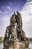 Estatuas de los santos Cyril y Methodius, Charles Bridge, Praga imágenes de archivo libres de regalías