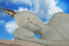 Estatuas de mármol el dormir Buda en fondo del cielo azul Fotografía de archivo