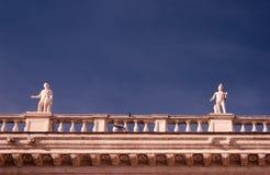 Estatuas de mármol en fondo del cielo azul fotos de archivo