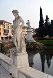 Estatuas de mármol viejas blancas, construyendo en Castelfranco Véneto, en Italia fotografía de archivo